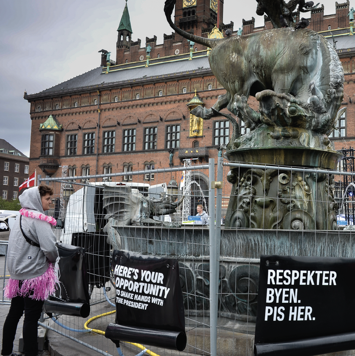 Photo of Peefence urinals protecting a statue on Copenhagen town square