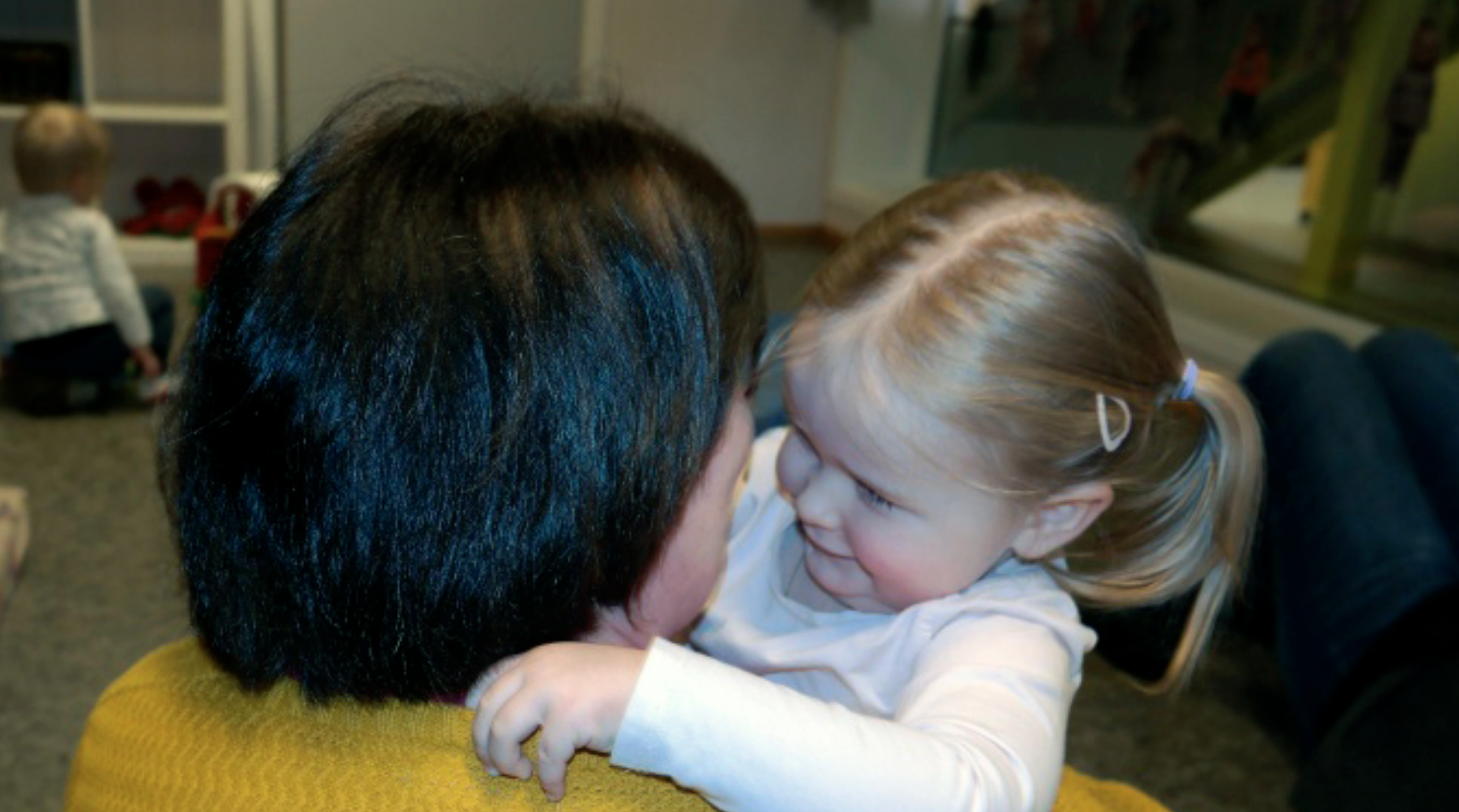 Eit barn får en klem