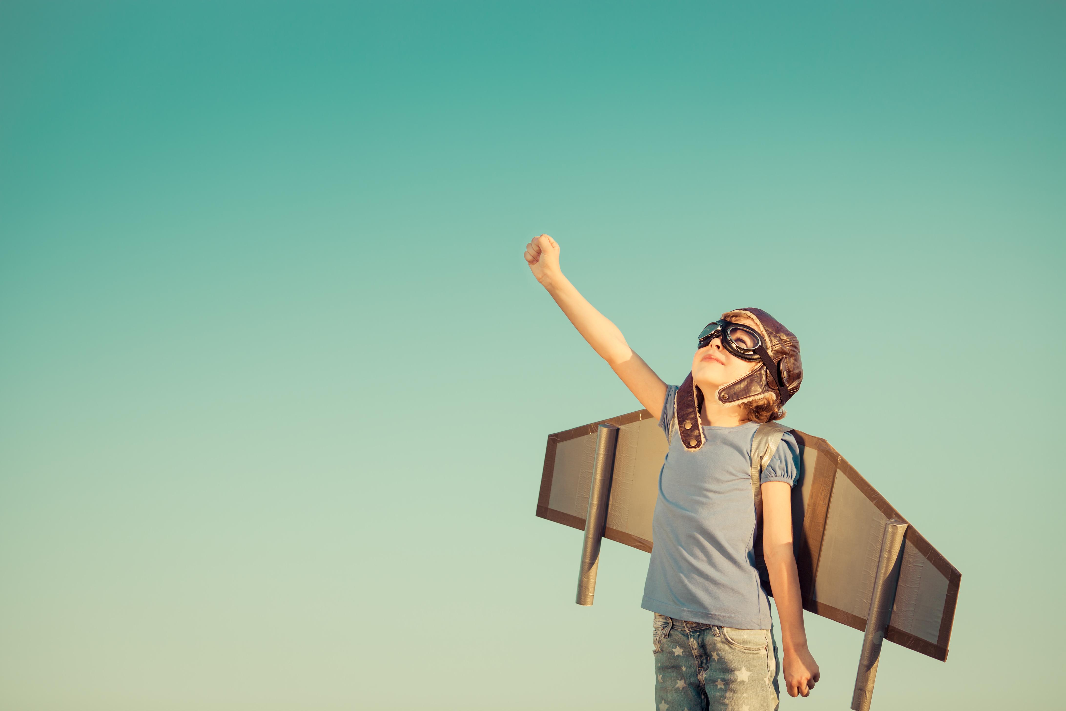 Illustrasjonsbilde av gutt som har vinger på rygge og strekker seg mot himmelen