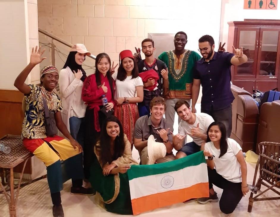Philipp mit den Teilnehmern verschiedener Projekte und Praktika auf dem Global Village.