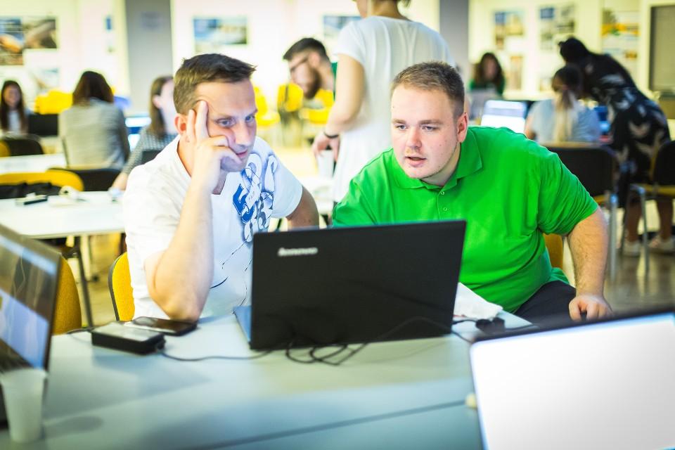Počítačům propadl už v osmi letech a o čtyři roky později vytvořil první webové stránky. Možnosti, které programování člověku dávají, jej fascinují dodnes.