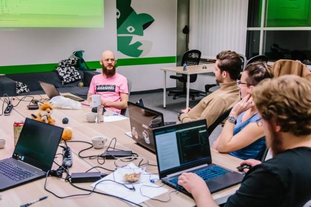 studenti programování v učebně green fox academy