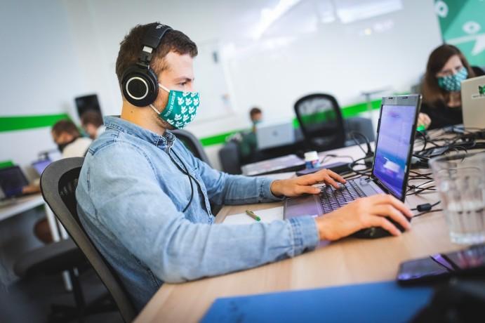 Pavel při studiu bootcampu programování v pražské učebně