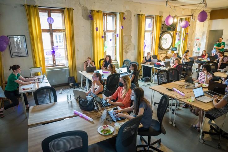 Univerzity i bootcampy hlásí nárůst studentek a vněkterých třídách už jich je rovná čtvrtina. Může za to perspektivní budoucnost oboru i zájem zaměstnavatelů.