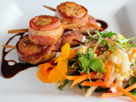 bacon wrapped scallops on a plate