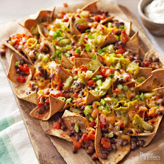 Hausgemachte Nachos mit Salsa & Käse überbacken