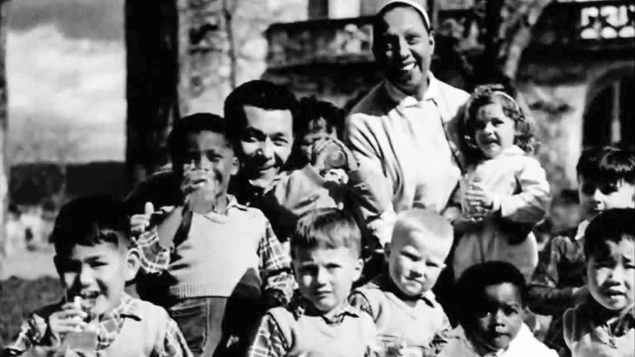 Josephine Baker posing with her then-husband and nine of her children