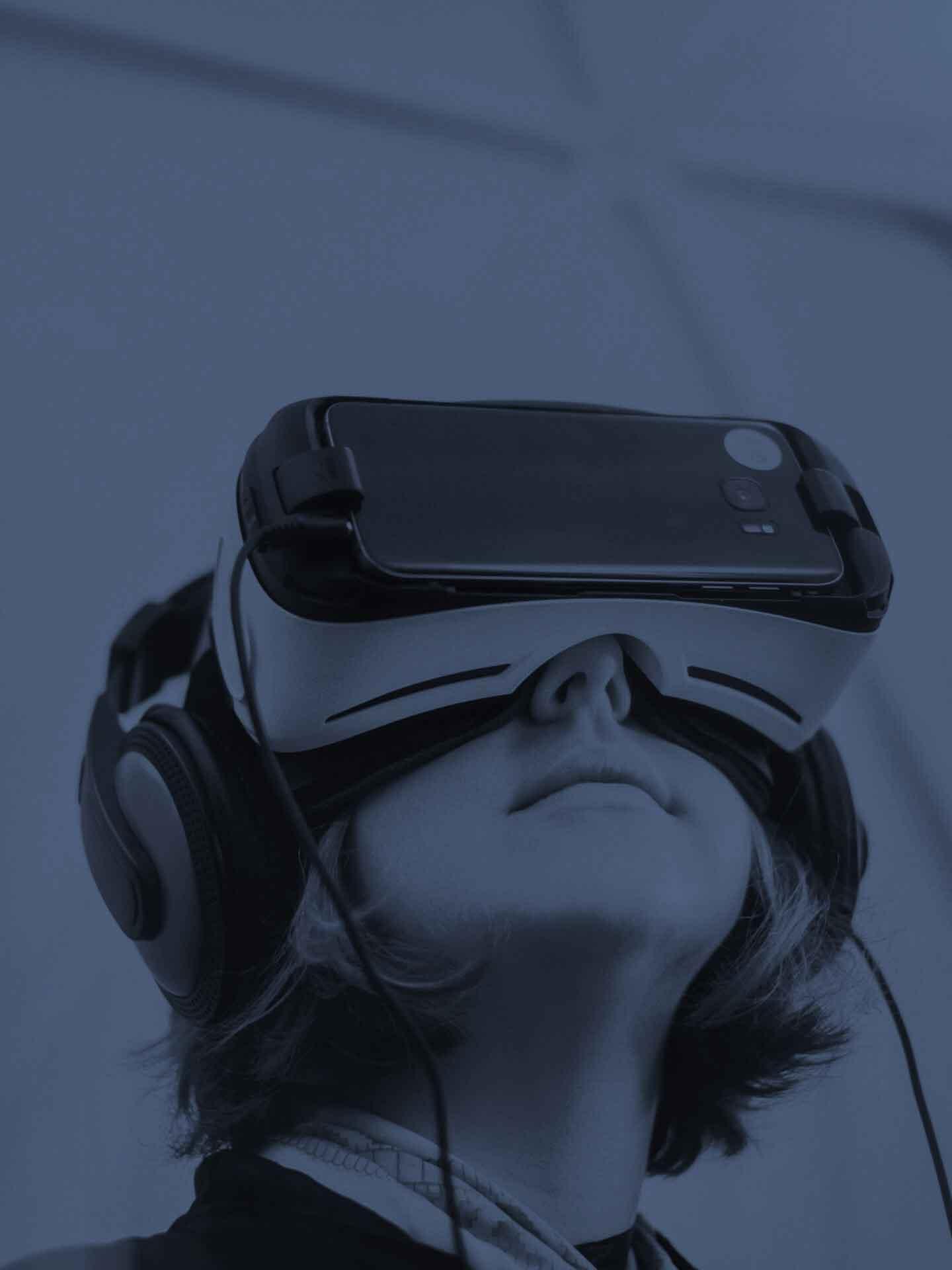Chica con lentes Oculus Rift vr handset