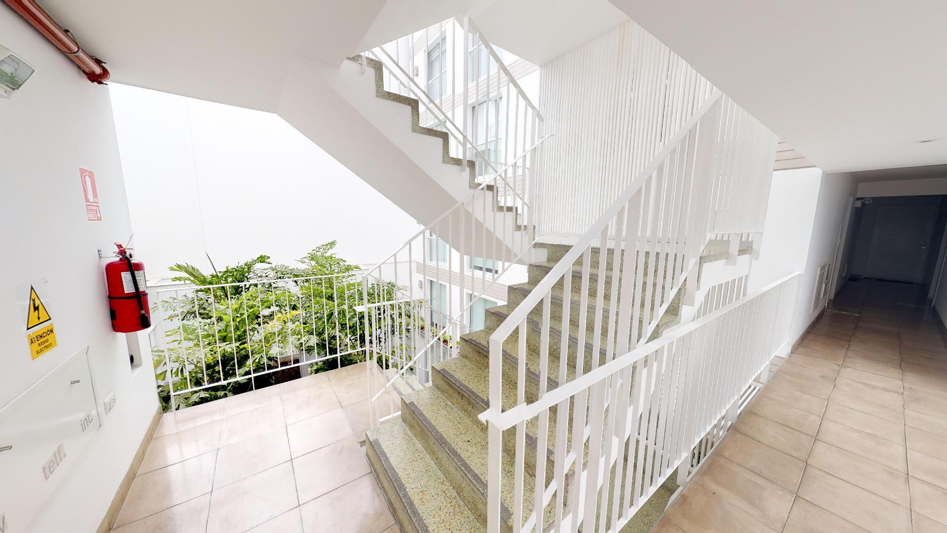 Escaleras del recorrido virtual de un hermoso departamento en Sáenz Peña, Barranco, Lima, Perú
