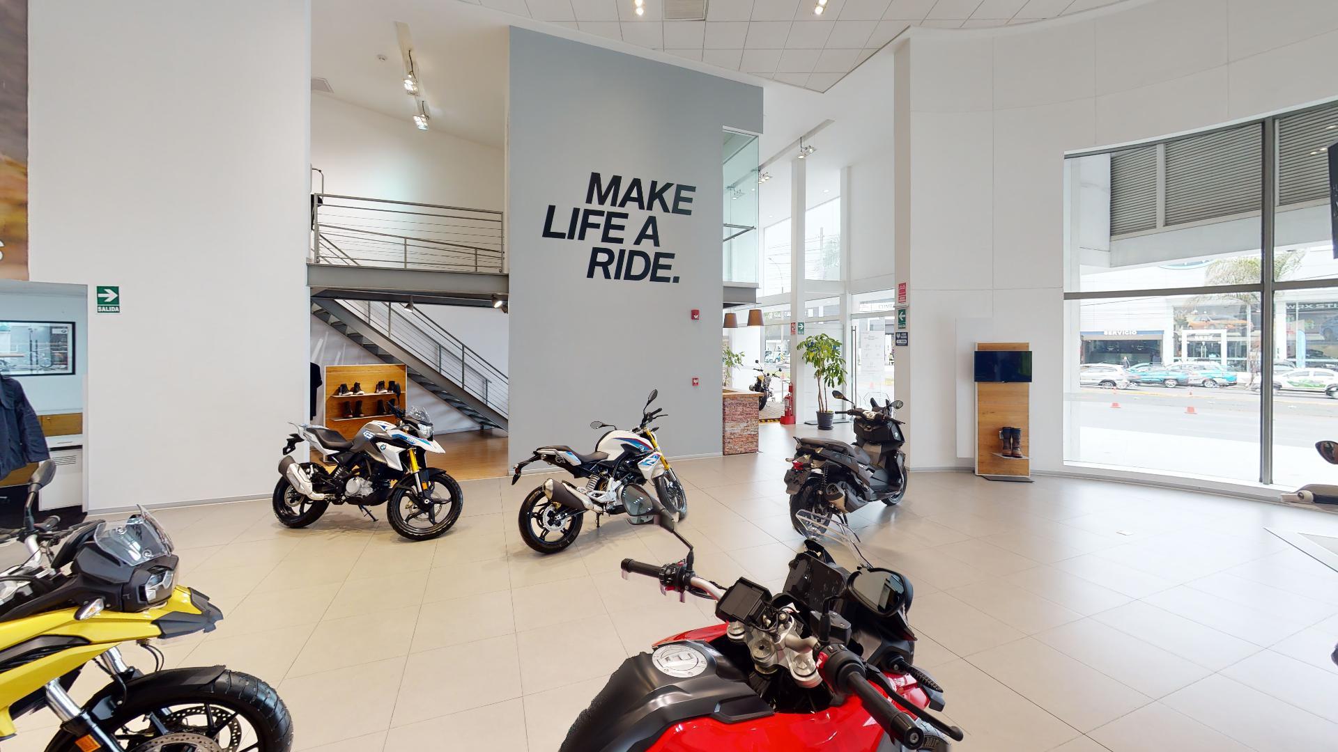 Exhibición de varias motos en BMW Motorrad Perú, recorrido virtual