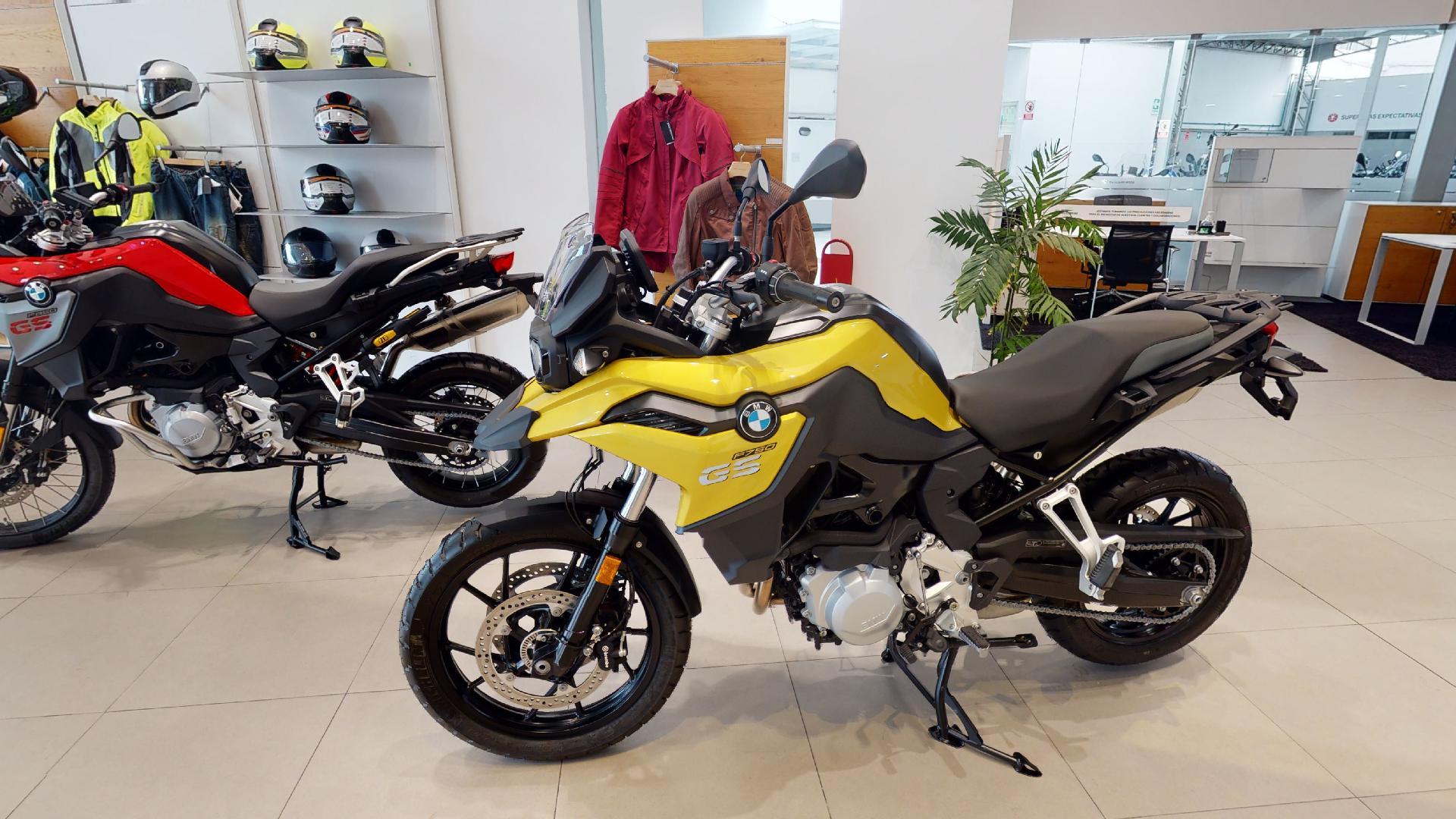 Exhibición moto color amarillo BMW Motorrad Perú, recorrido virtual