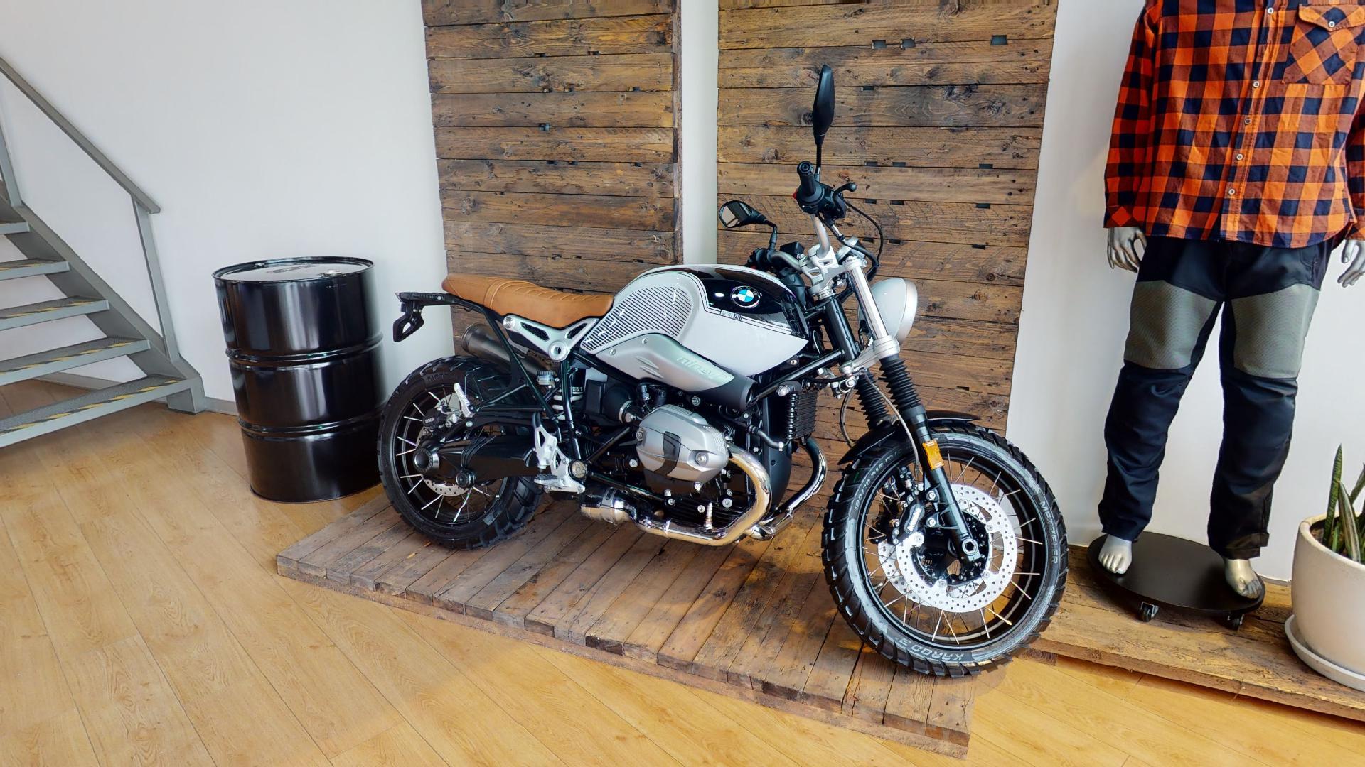 Exhibición moto color plomo BMW Motorrad Perú, recorrido virtual