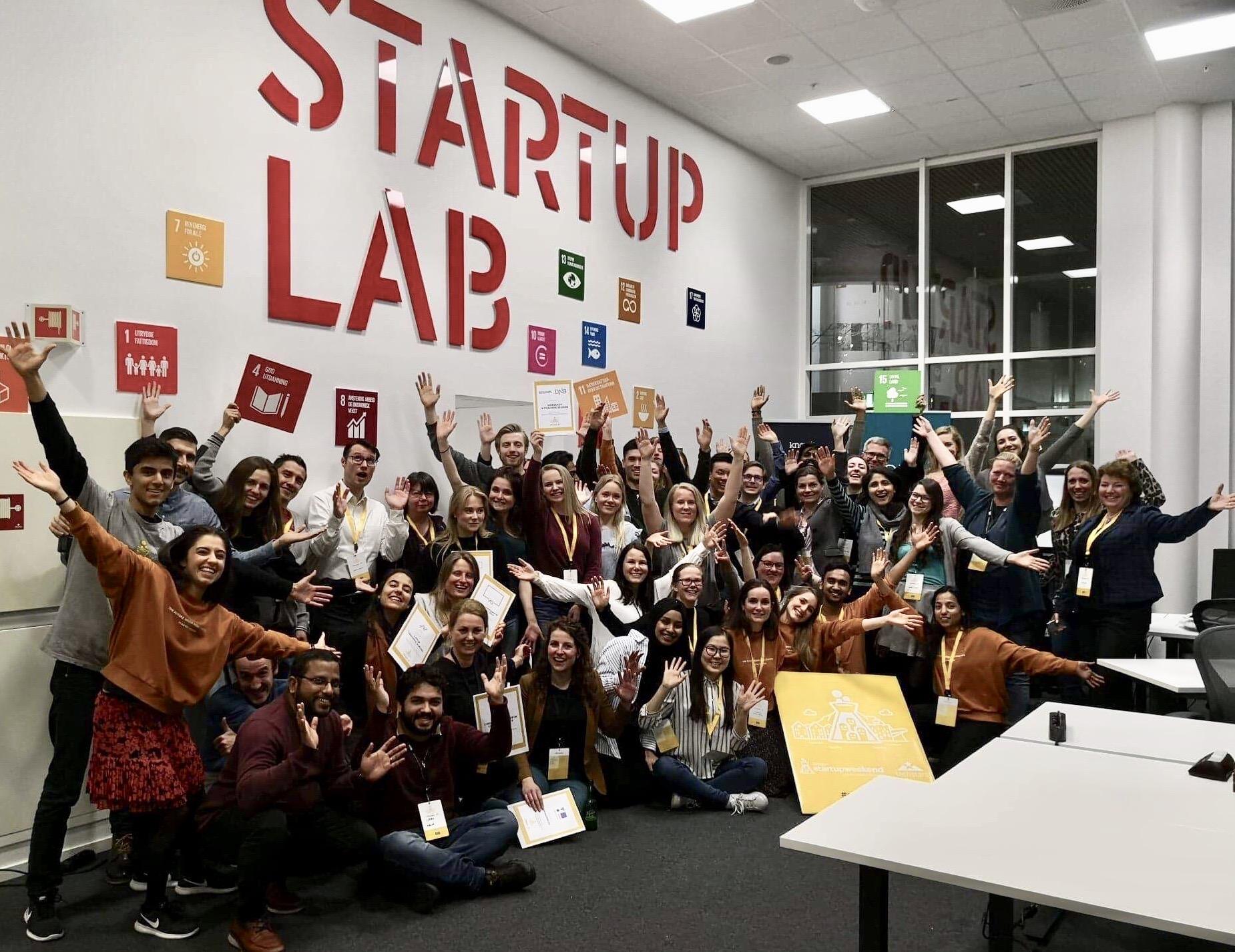 Gruppebilde av alle deltagere og prosjektteamet til Startup Weekend