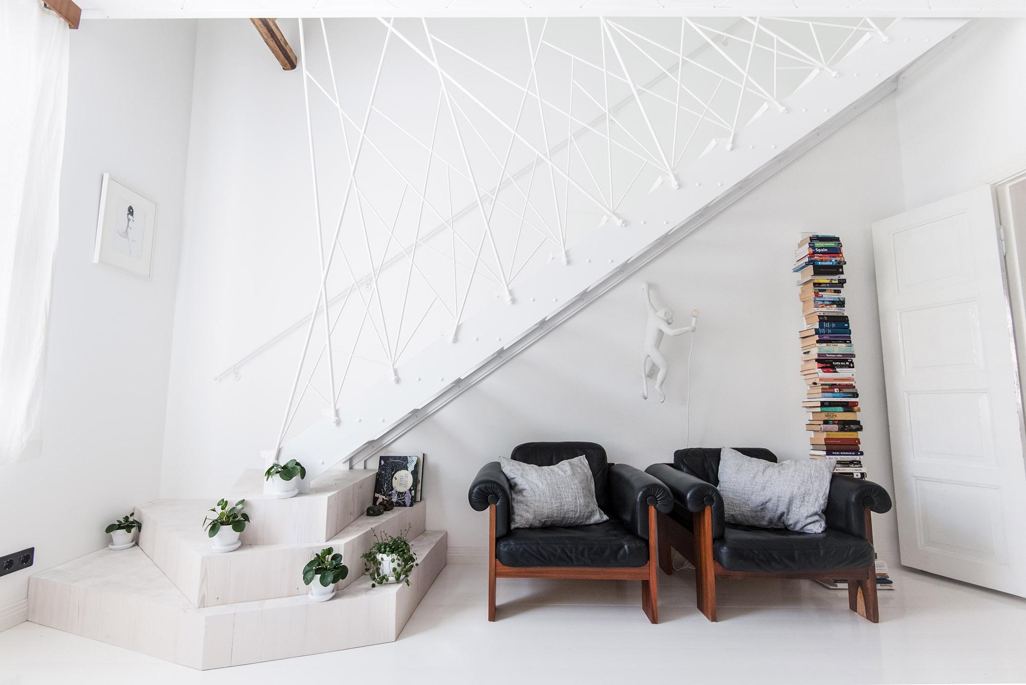 Moderni porraskaide, teräsportaat, kodin sisustus