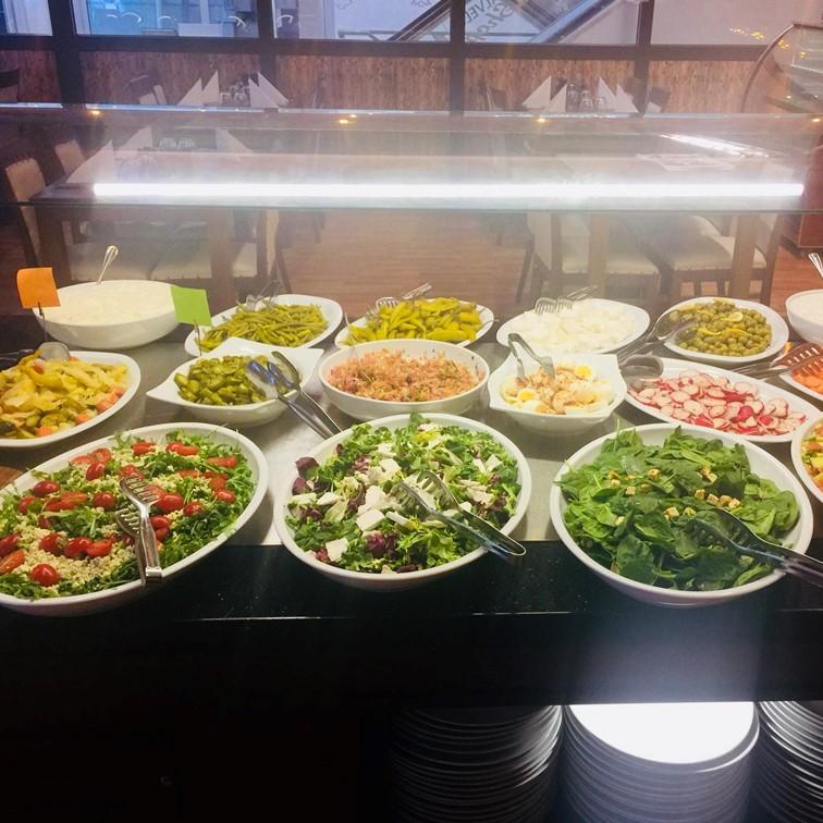 Keitto, salaatit, vettä ja kylmä turkkilainen jorgurtti kasvis ruoka