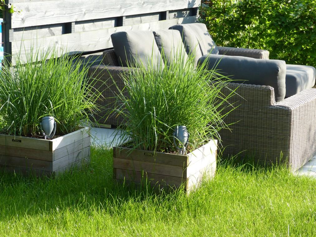 De beste plek voor een lounge terras bleek in het midden van de tuin te zijn.