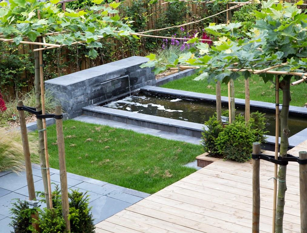 Een strakke vijver tuin in Heemskerk
