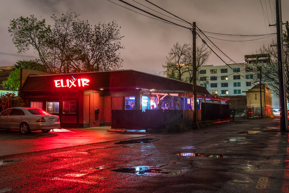 Exterior of Elixir Bar and Grill in Sacramento, CA