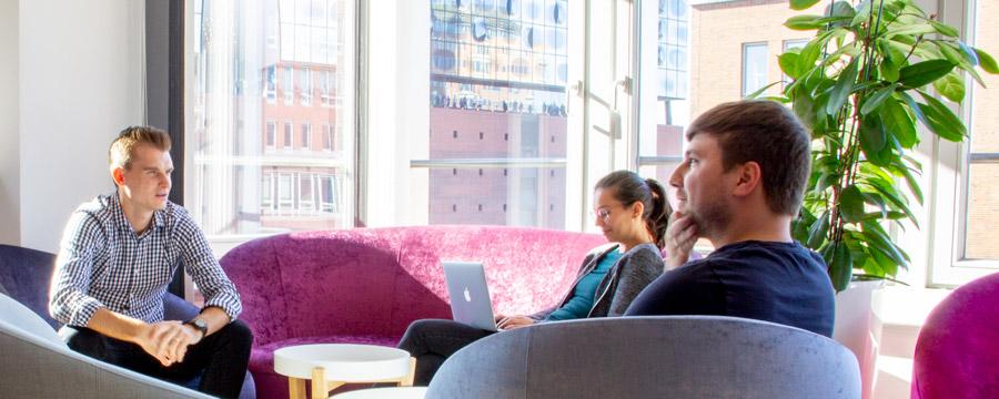In der Lounge finden sich die Teams zum Brainstorming zusammen.