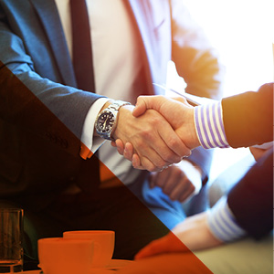 Homens de negócios apertando as mãos