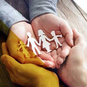 العميل الخاص - ورقة قطع من الأسرة في أيدي مكوبة