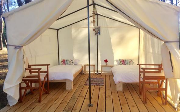 гора глемпинг, палатка, палатка с легла, къмпинг, глемпинг, два стола в палатка, палатка за двама, gora glamping