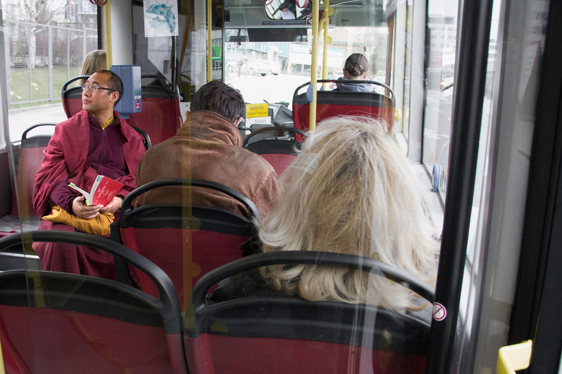 Mönch im Bus