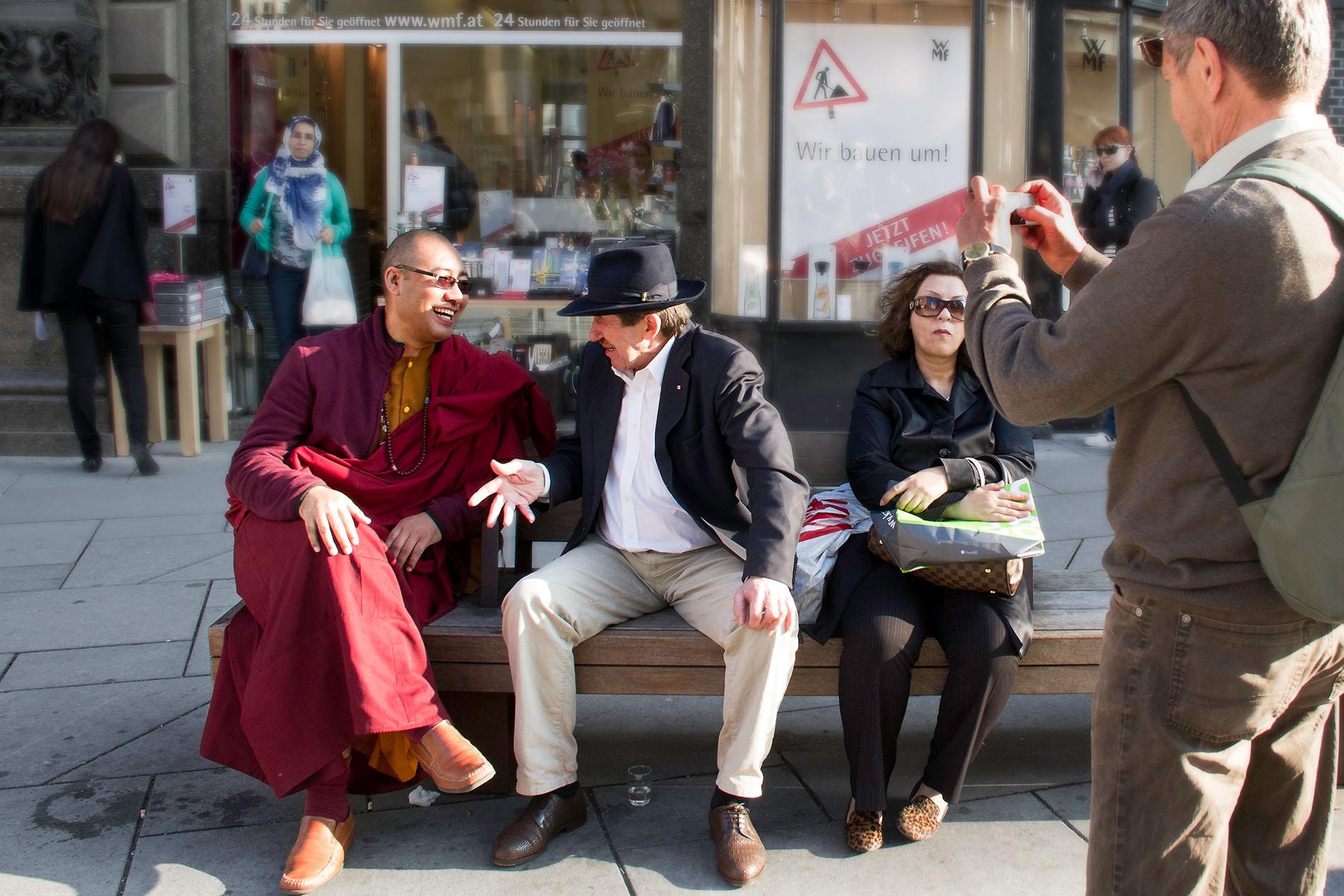 Mönch wird von Touristen fotografiert
