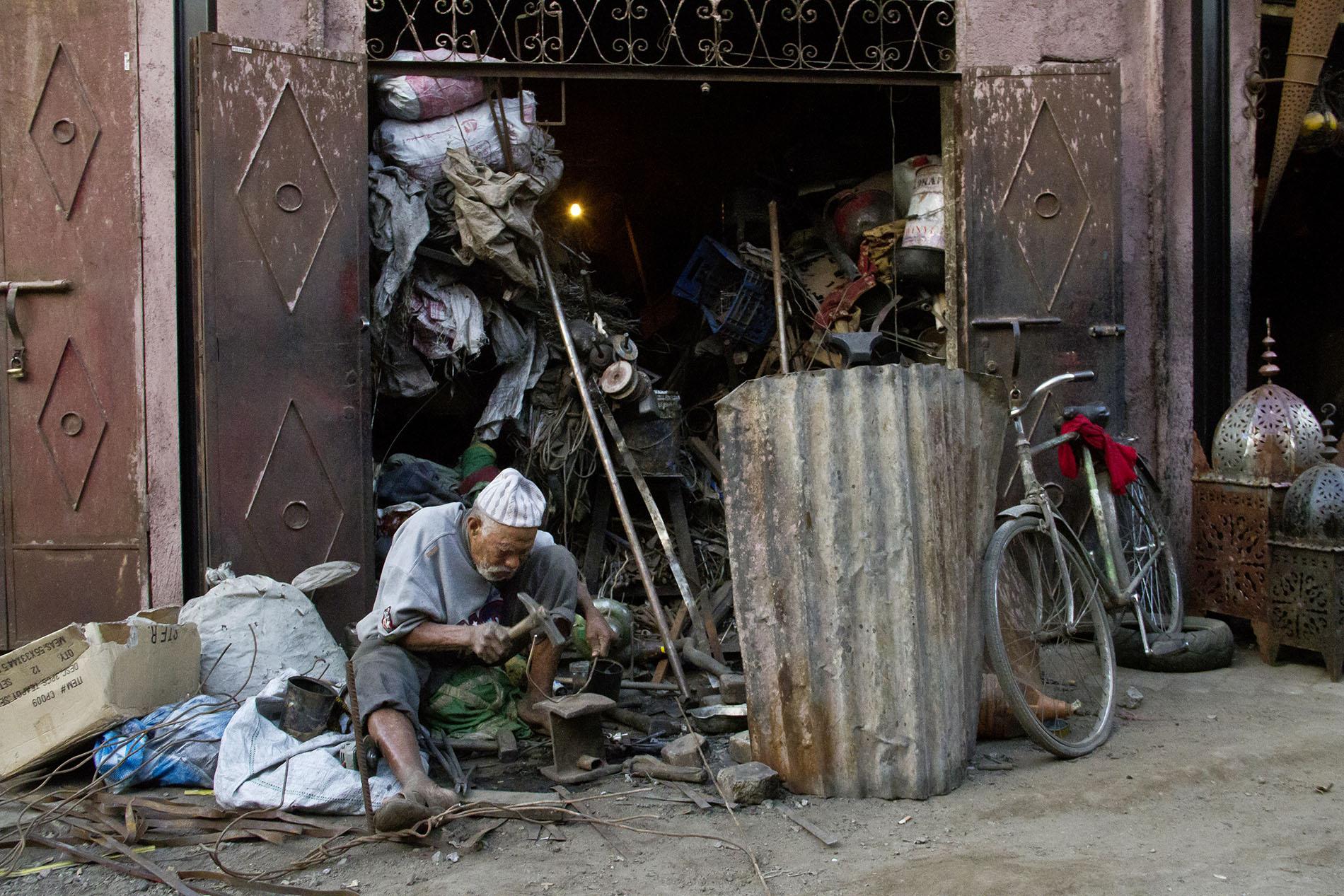 Handwerker in einem Hinterhof