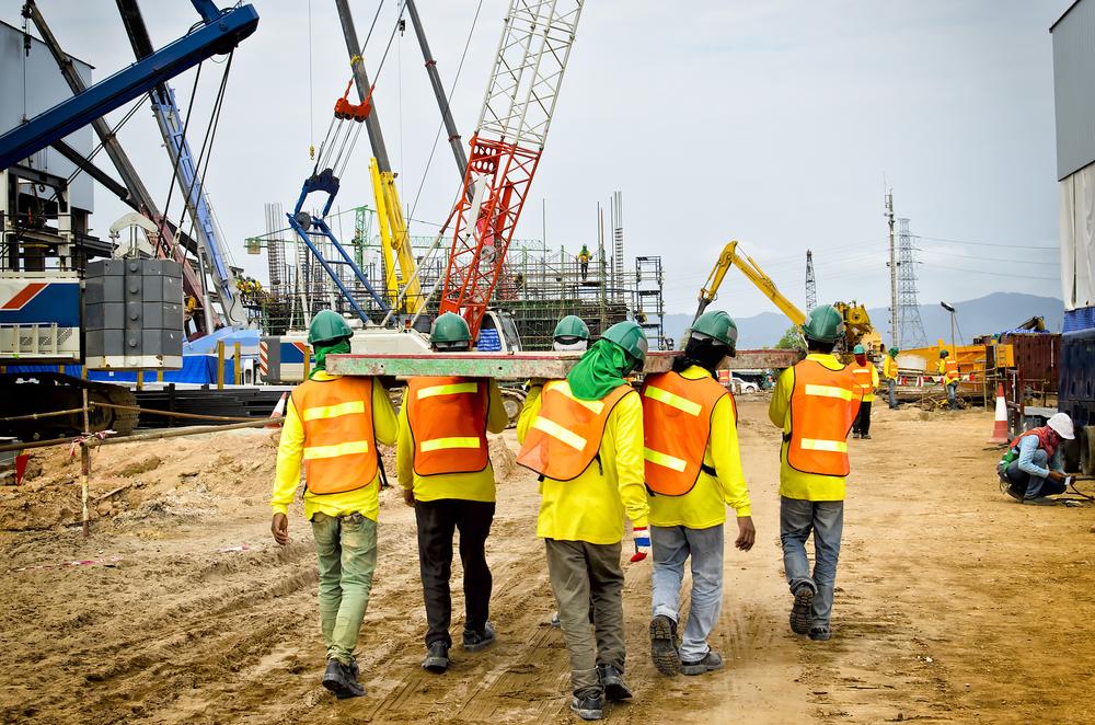 Trabajadores de Construcción Recuperan Más de $1 Millón por Violaciones de Horas Extras
