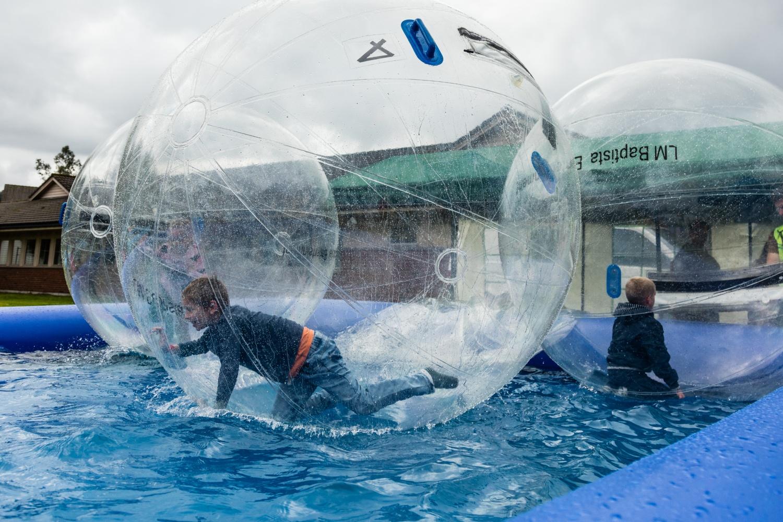 Bilde av barn som leker i boble.