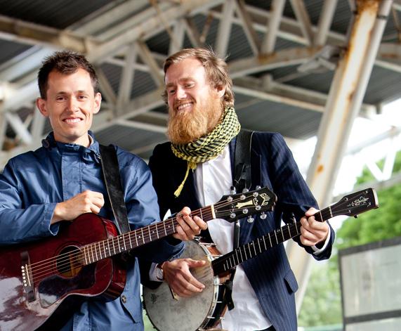 Gaute Mikal Sortland og Ingemund Thorsheim Askeland frå Bergen Mandolinband blir med Steinar Aalvik i årets løesoger på Sæbøtunet.