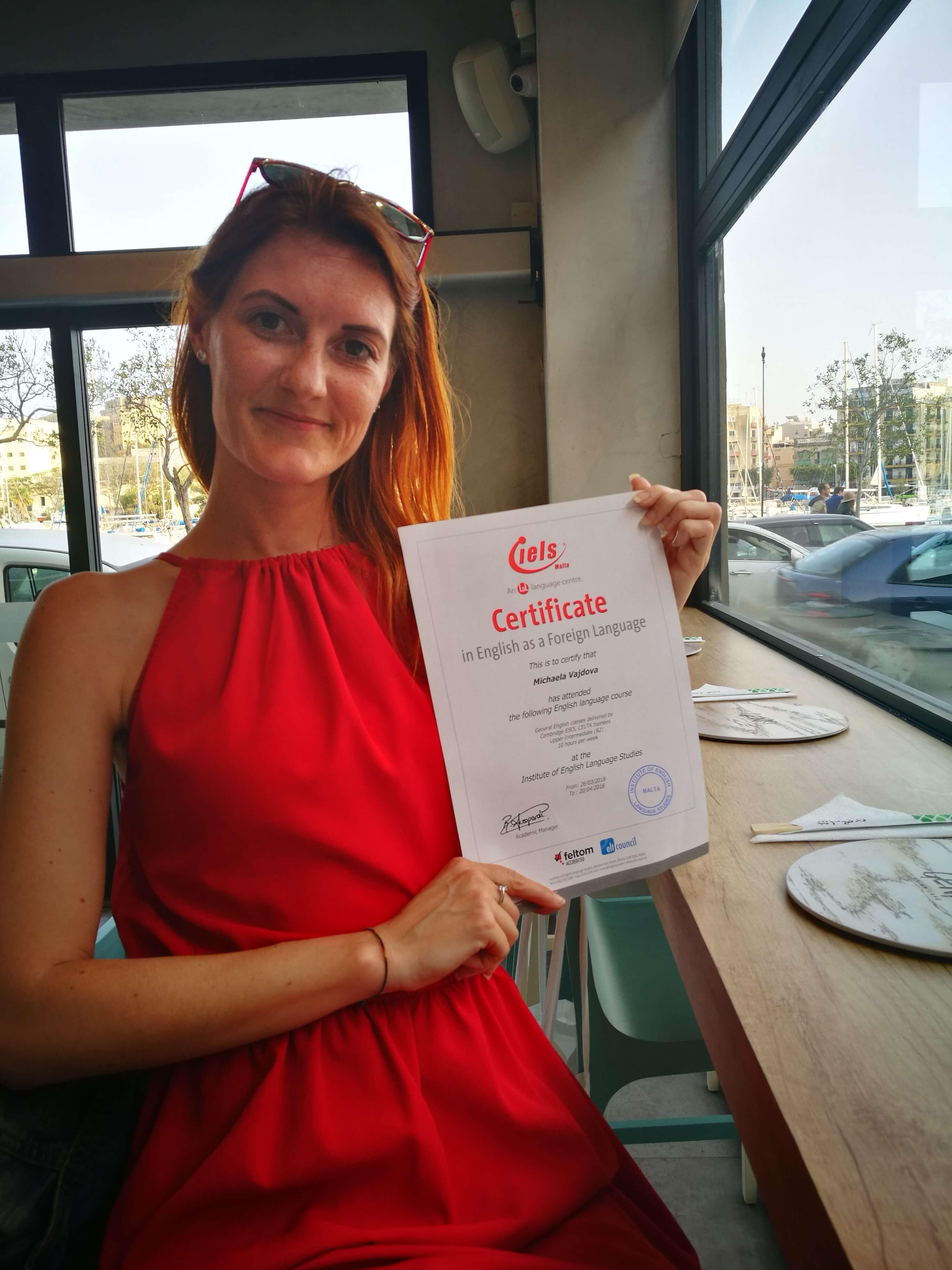 Misshel s certifikátem o ukončení jazykového kurzu