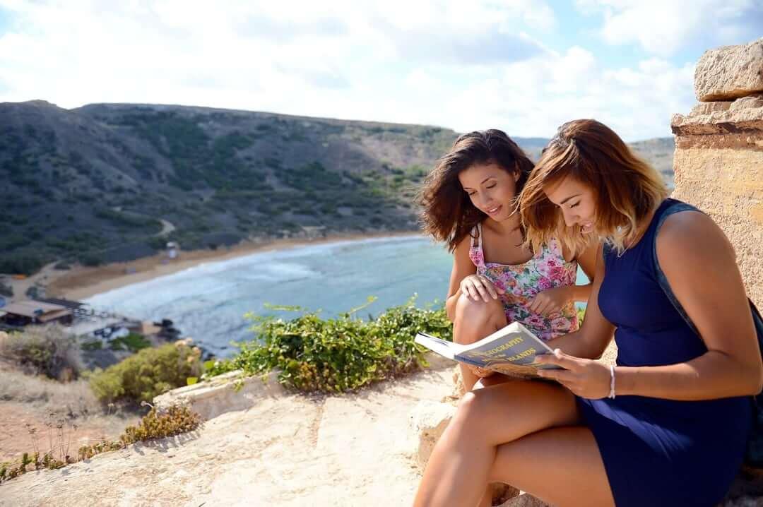 Studentky připravující se na hodinu u pláže ghajn tuffieha