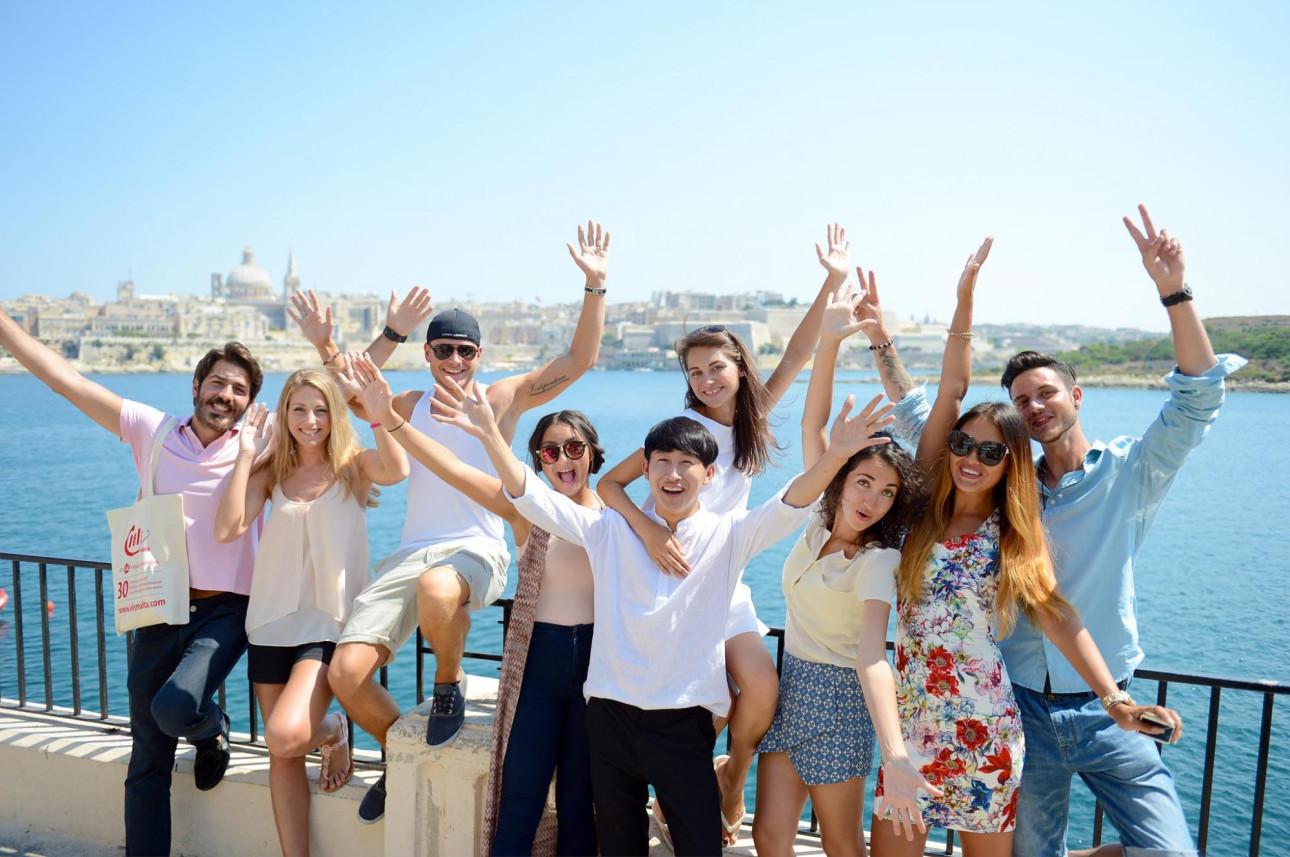 Studenti IELS Malta na promenádě ve Sliema