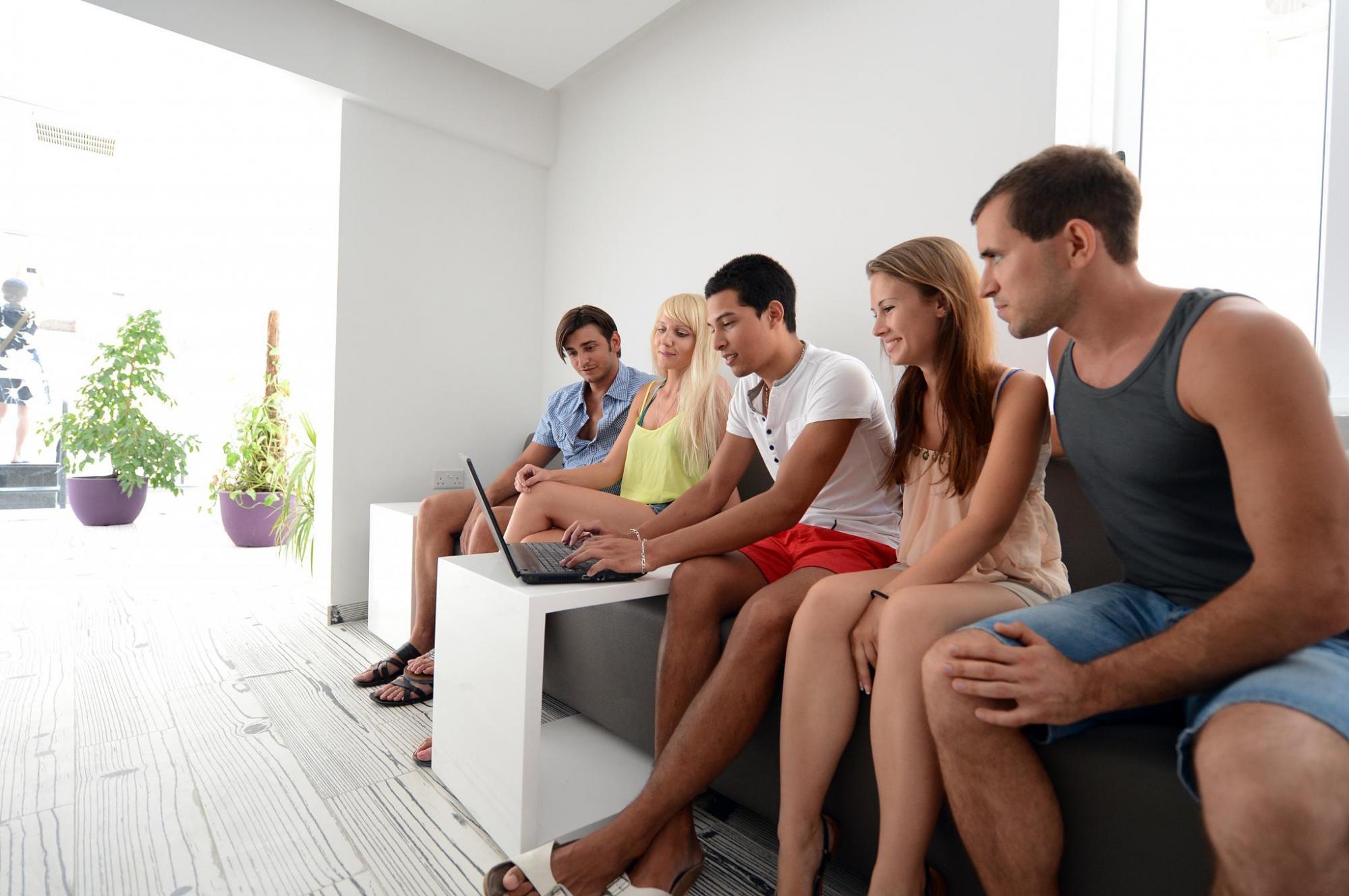Studenti v rezidenční hale