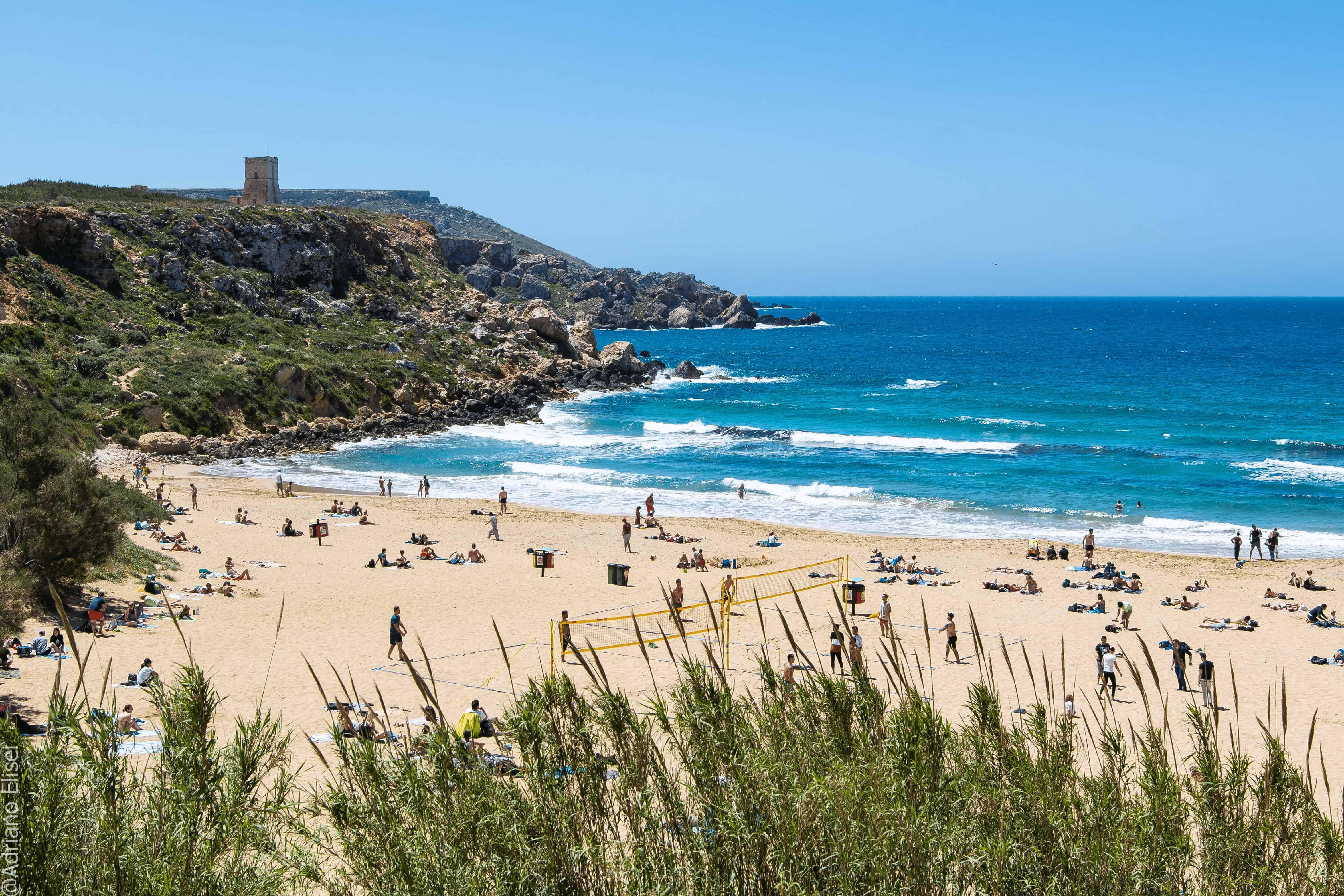 Písečná pláž Golden Bay,Malta.