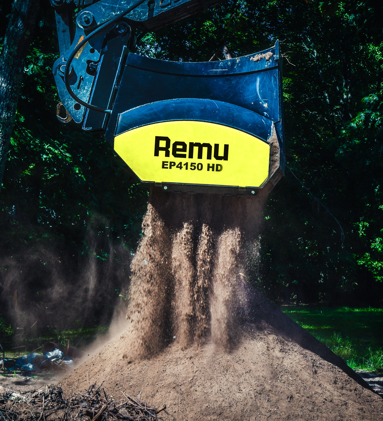 Topsoil preparation with screening bucket REMU EP 4150