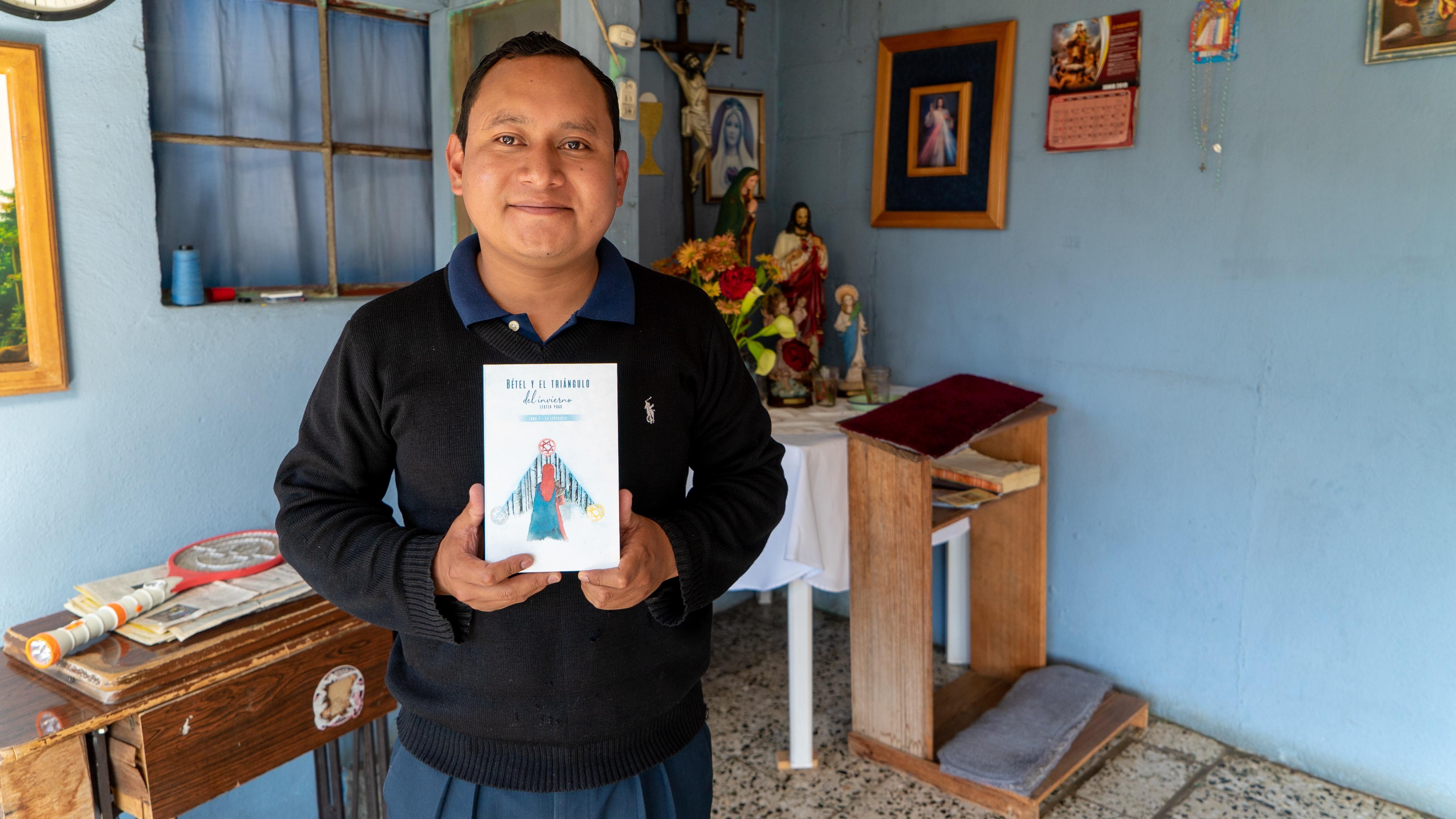 Lester con su libro 'Betel y el Triángulo del Invierno.'