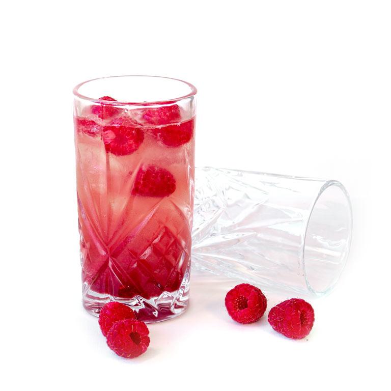 Rezept für hausgemachten Cocktail mit Himbeeren, Gin und MUNDART Sirup