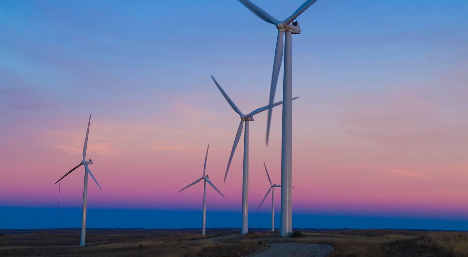Ein Bild von Windrädern bei Sonnenaufgang