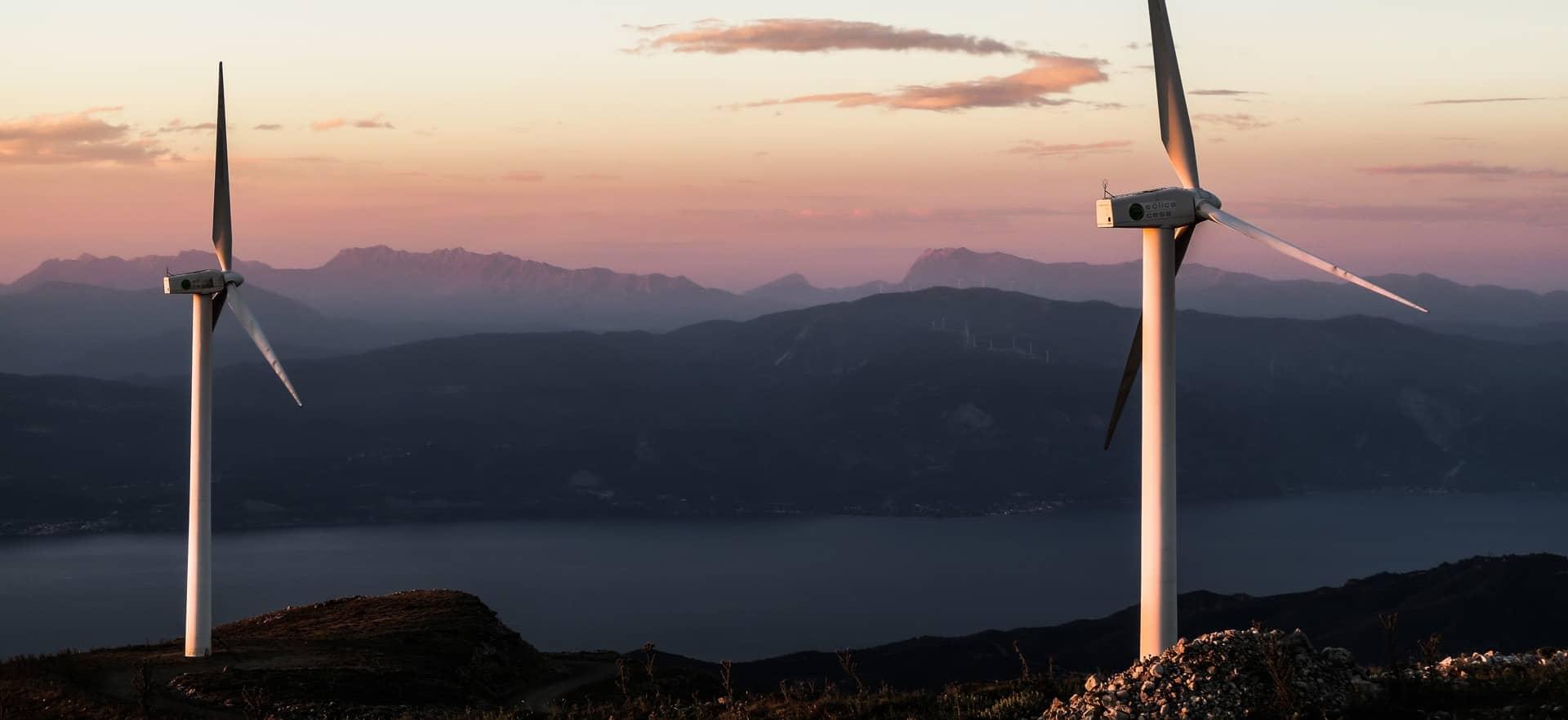 Foto von Windrädern auf einem Berg