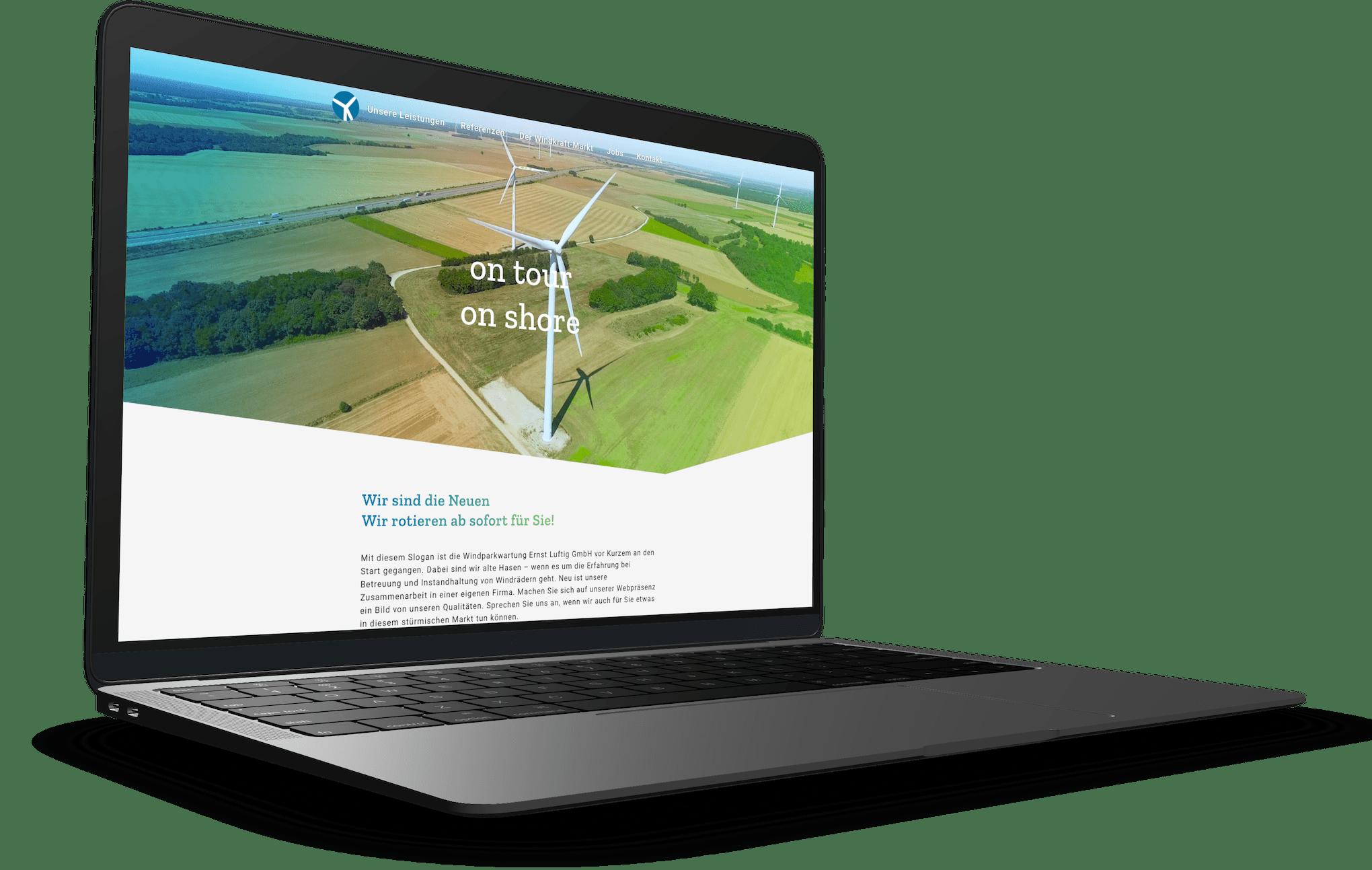 Die Startseite der Ernst Luftig-Webseite auf einem stehenden MacBook Pro-Mockup