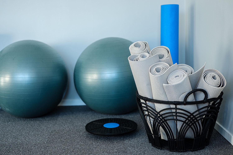 Hälsorum med yogamattor och pilatesbollar