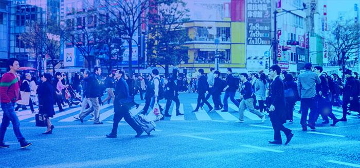 大勢の人たちが交差点を歩く様子