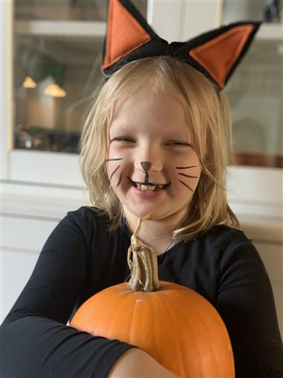 Child in Halloween costume: Cat