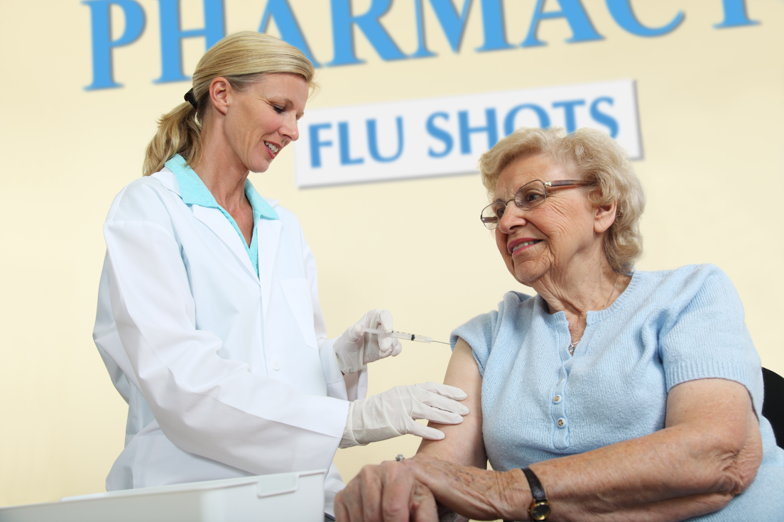 pharmacist giving patient a flu shot