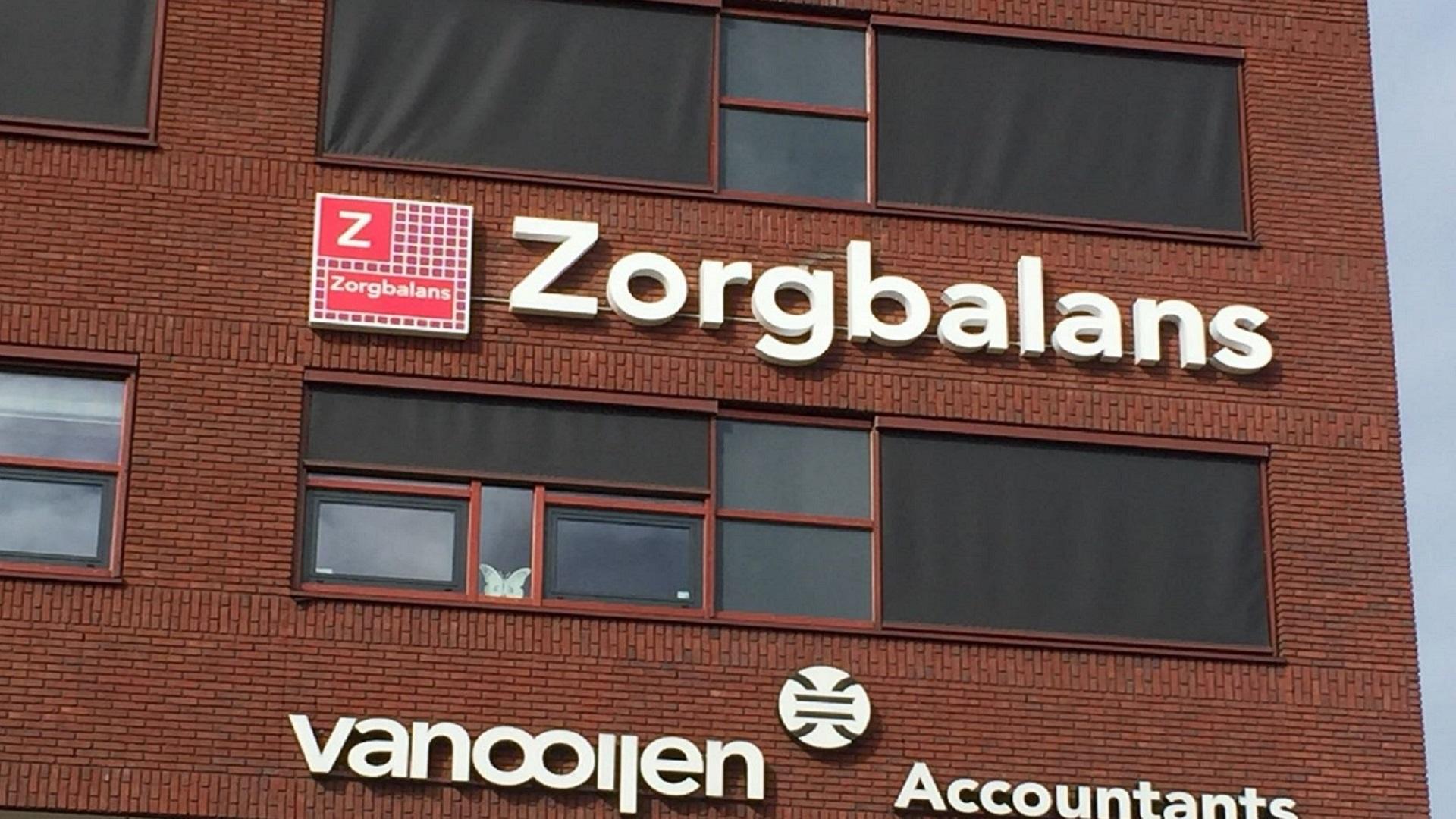 Een voorbeeld van verlichte doosletters bij Zorgbalans welke geplaatst zijn door Free D Sign (FDS) uit Warmenhuizen