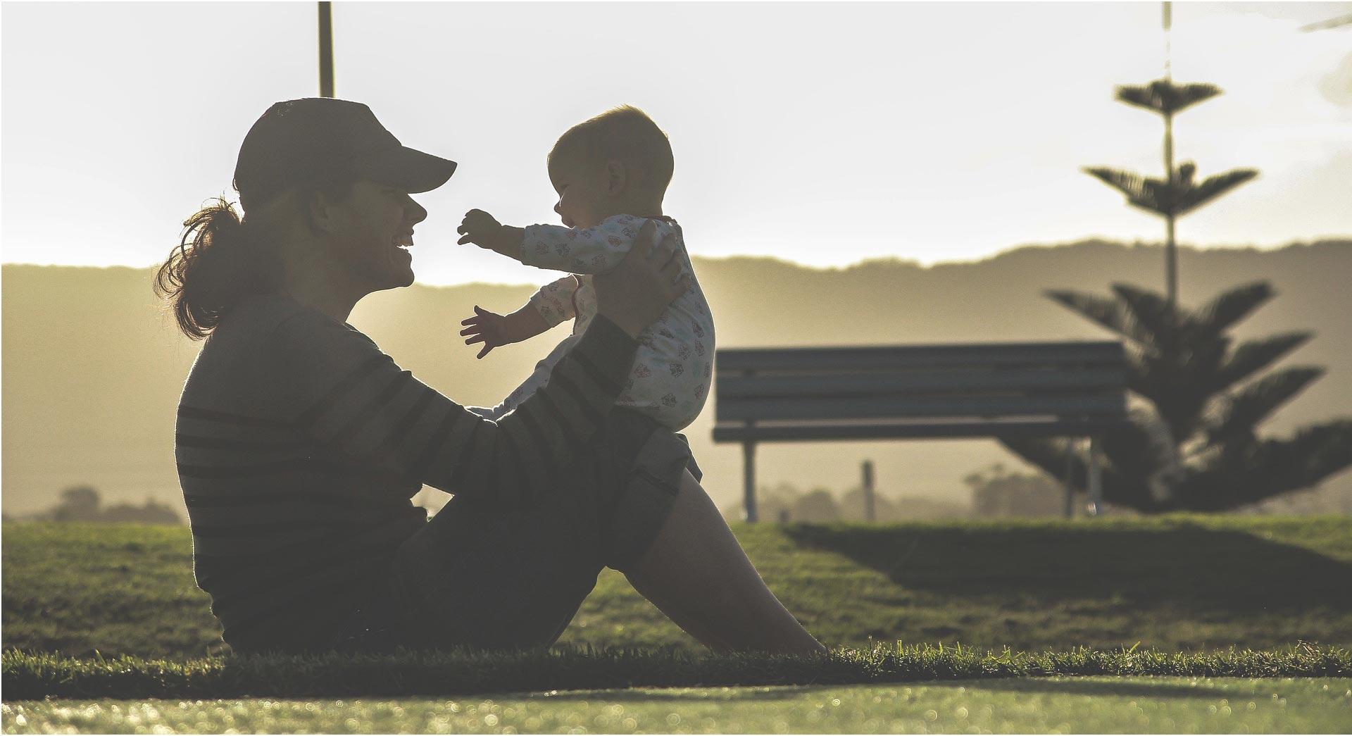 Une femme et son bébé heureux ensemble