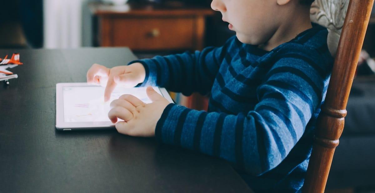 Bambino gioca con iPad